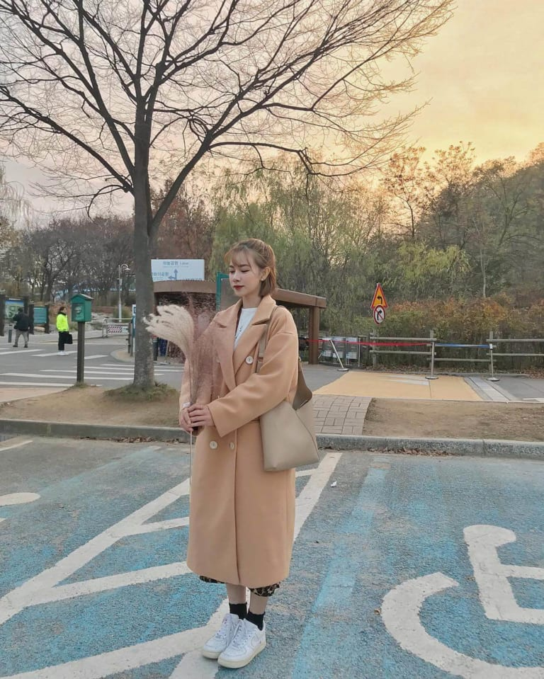 Chân váy bút chì kết hợp với áo khoác da