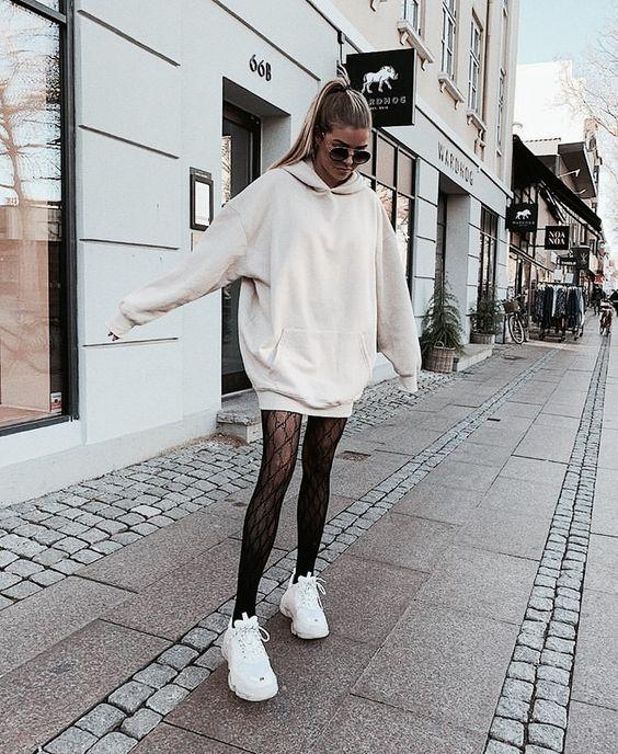 Nữ đi giày thể thao nên mặc quần gì hợp thời trang?